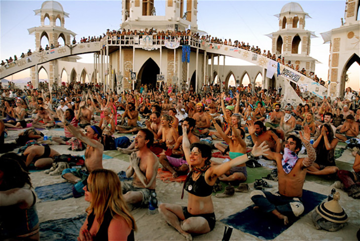 burning-man-yogiapproved-group-yogis